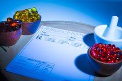Capsule, mortaio, pestello e cuscinetto di prescrizione Immagine Stock