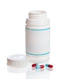 Capsule rovesciate dalla bottiglia di prescrizione Fotografia Stock