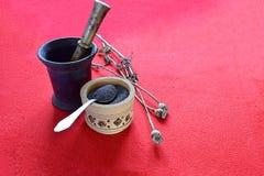 Capsule secche del papavero, semi in una tazza e mortaio con il pestello immagine stock libera da diritti