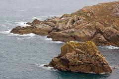 Capsule Sizun, las rocas y las pequeñas ondas Bretaña, Finistere, FranceFrance Imagenes de archivo