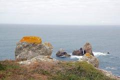 Capsule Sizun, las rocas y liquen y x28; Finistere, Bretaña, France& x29; Imagen de archivo