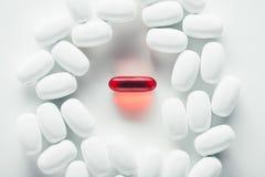 capsules красная белизна Стоковое фото RF