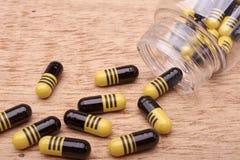 Capsules пилюльки medicament от прозрачной бутылки Стоковые Изображения