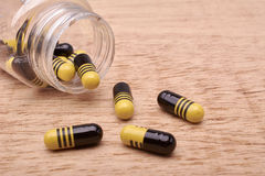 Capsules пилюльки medicament от прозрачной бутылки Стоковые Фотографии RF