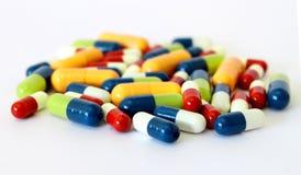 Capsules colorées de pillules de drogues Images stock