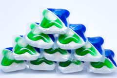 Capsules de lavage colorées pour le lave-vaisselle sur le fond blanc Photographie stock libre de droits