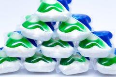 Capsules de lavage colorées pour le lave-vaisselle sur le fond blanc Photographie stock