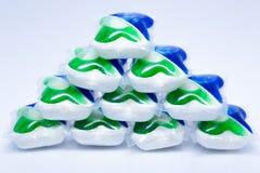 Capsules de lavage colorées pour le lave-vaisselle sur le fond blanc Photo stock