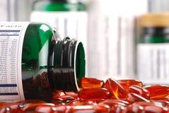 Capsules des suppléments diététiques et des conteneurs Photos libres de droits