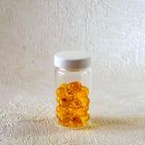 Capsules in een transparant flesje stock afbeeldingen