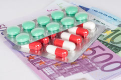 Capsules en pillen in blaar met euro bankbiljetten stock afbeelding