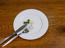 Capsules en pillen op een plaat stock fotografie