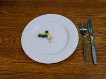 Capsules en pillen op een plaat stock afbeeldingen