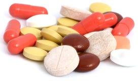 Capsules en pillen op witte achtergrond worden geïsoleerd die Royalty-vrije Stock Afbeeldingen