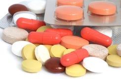 Capsules en pillen op witte achtergrond worden geïsoleerd die Royalty-vrije Stock Fotografie