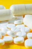 Capsules en witte pillen 1 stock afbeeldingen
