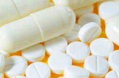 Capsules en witte pillen royalty-vrije stock afbeelding
