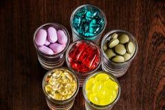 Capsules et comprimés en petits verres 1 Images stock