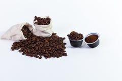 Capsules grondkoffie voor koffie, geroosterde koffiebonen in a Royalty-vrije Stock Afbeelding