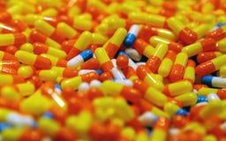 Capsules met een geneeskunde stock afbeeldingen