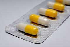 Capsules met een geneeskunde Stock Afbeelding