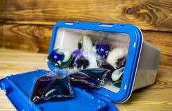 Capsules met gel voor was in een plastic container royalty-vrije stock afbeeldingen