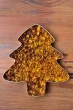 Capsules met vistraan in de vorm van een boom op een houten achtergrond uit wordt uitgespreid die royalty-vrije stock afbeeldingen