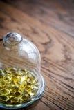 Capsules Omega-3 sous le dôme en verre Photographie stock libre de droits