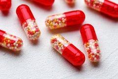 Capsules pharmaceutiques de médecine au-dessus du fond blanc photographie stock