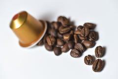 Capsules pour la machine de café d'isolement sur le blanc Photo stock