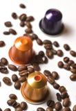 Capsules pour la machine de café d'isolement sur le blanc Photos libres de droits