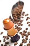 Capsules pour la machine de café d'isolement sur le blanc Photo libre de droits