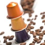 Capsules pour la machine de café d'isolement sur le blanc Photographie stock libre de droits