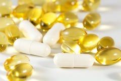 Capsules vaginales probiotic et de primevère d'huile image stock