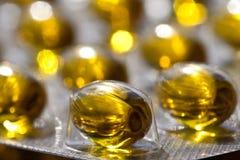 Capsules van het de olie de omega 3 gel van de kabeljauwlever op pastelkleurachtergrond royalty-vrije stock afbeelding