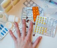Capsuls y mano de las píldoras Imagenes de archivo