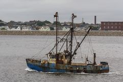 Capt рыболовной лодки промышленного рыболовства Гоньба RM возглавляя вне стоковые изображения