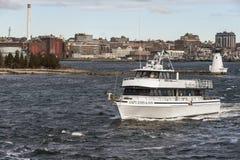 capt Embarcação de pesca recreacional de John & de filho que sae de New Bedford na manhã ventosa imagens de stock royalty free