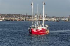 Capt för skyttel för kommersiellt fiske Jesse som lämnar port royaltyfri fotografi