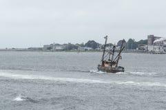 Capt för skyttel för kommersiellt fiske RMjakt som heeling till styrbord royaltyfri fotografi