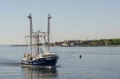 Capt Potter som för skyttel för kommersiellt fiske in sätter till New Bedford royaltyfri foto
