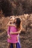 Captação do estilo de vida da filha feliz da mãe e do preteen que tem o divertimento exterior Família loving que passa o tempo ju imagens de stock