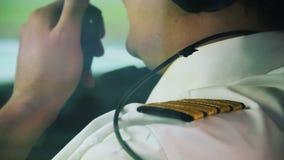 Captain acoger con satisfacción a pasajeros en el avión de pasajeros hermoso, profesión, trabajo responsable almacen de metraje de vídeo
