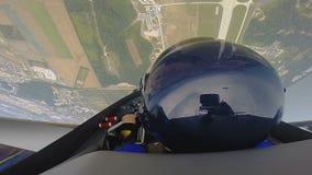 Captain el avión de reacción que controla, vuelo extremo con el pasajero, truco peligroso almacen de metraje de vídeo