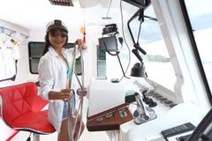 Captain a Lady en buey de la nave del control del bikini y del sombrero en el Ro de la función Imágenes de archivo libres de regalías