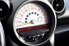 Capteur avec un plan rapproché d'affichage sur le tableau de bord d'un tachymètre noir d'ordinateur embarqué de couleur avec une  image libre de droits