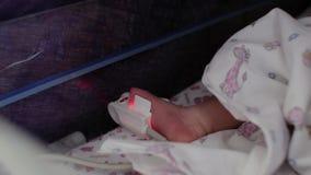 Capteur lié au pied d'un bébé prématuré nouveau-né Unité de soins intensifs pour des enfants 4K vid?o 4K clips vidéos