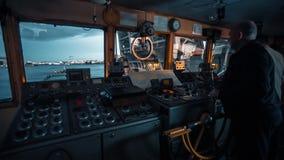 Captian управляет лодкой видеоматериал