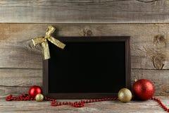 Capítulo con las bolas de la Navidad en fondo de madera Imagen de archivo libre de regalías