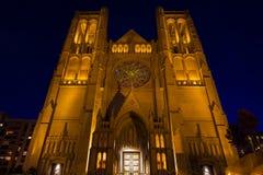 Lit encima de la iglesia de la catedral de la tolerancia en San Francisco en la noche Fotos de archivo libres de regalías